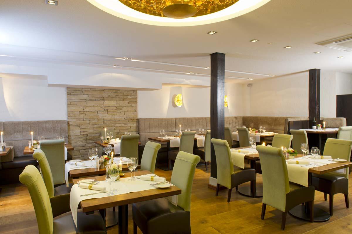 Das Restaurant ist großzügig geschnitten und die Tische stehen frei im Raum / © Romantik Hotel Walhalla