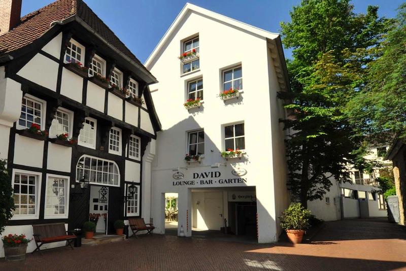 Hotel Eingang von der Kleine Gildewart her. Hinter den historischen Mauern erwarten den Gast aufwendig saniert und renoviert Zimmer und Suiten / © Romantik Hotel Walhalla