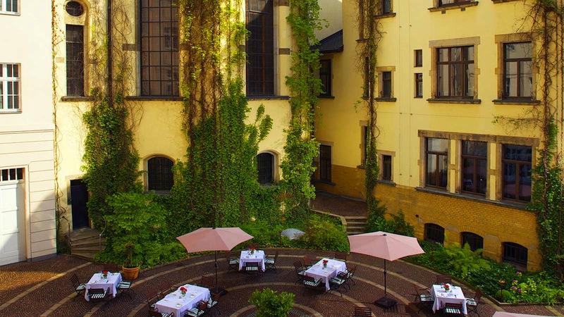 Im Häuserensemble vom Hotel Fürstenhof, Leipzig und der Evangelisch Reformierten Kirche liegt eingebettet der Hofgarten / © Hotel Fürstenhof, Leipzig
