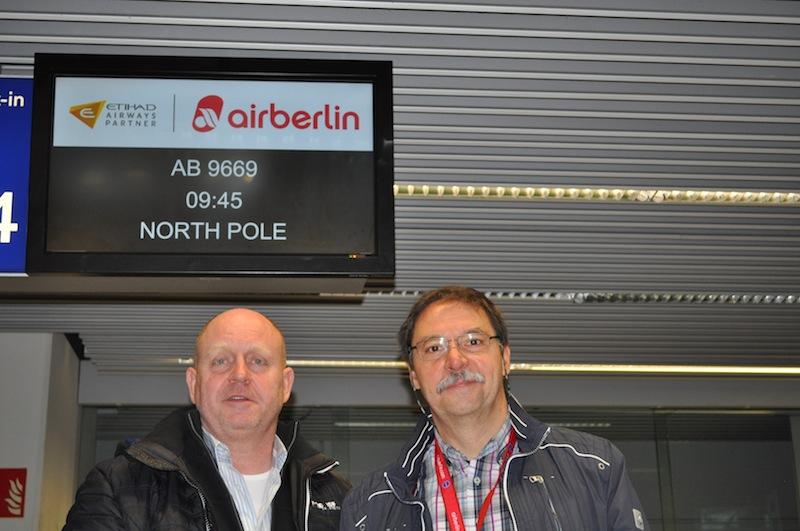 Karsten von dem Hagen (airberlin Leiter Verkauf Sonderflüge) und Andreas Conrad vor Abflug am Check-in / © Redaktion FrontRowSociety.net