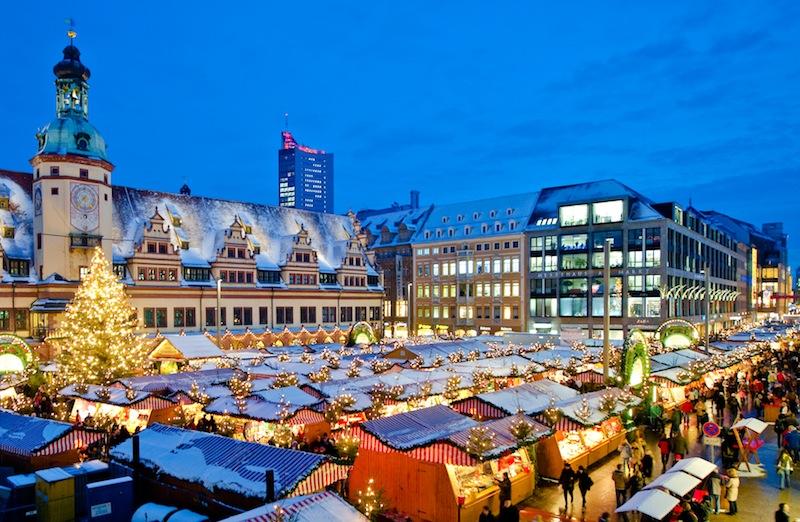 Hier ein schöner Blick auf den imposanten Weihnachtsmarkt auf dem großen Marktplatz von Leipzig / © Foto Dirk Brzoska