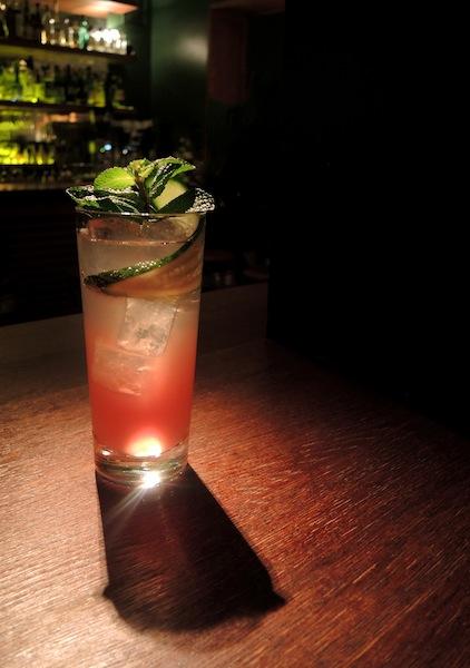 Der Malacca Sling. Niederländischer Genever, Dubonnet Rouge, Early Grey Tee Sirup, Limone und Sodawasser / © Pauly Bar