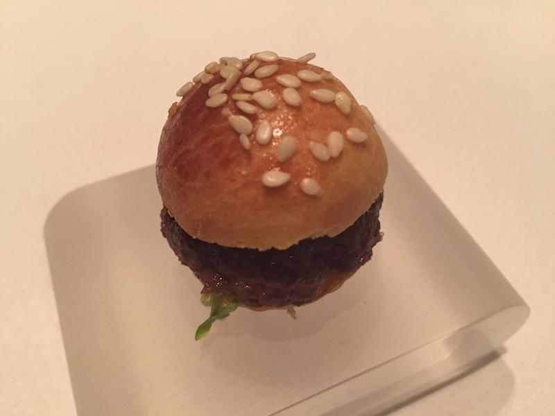 Mini BBQ Burger vom Rind - ein kleiner Happen vor dem großen Menü / © Redaktion FrontRowSociety.net