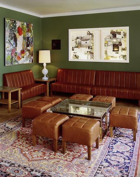 Gediegene Farben, klassische Elemente mit moderner Kunst kombiniert dominieren in der Pauly Bar / © Pauly Bar