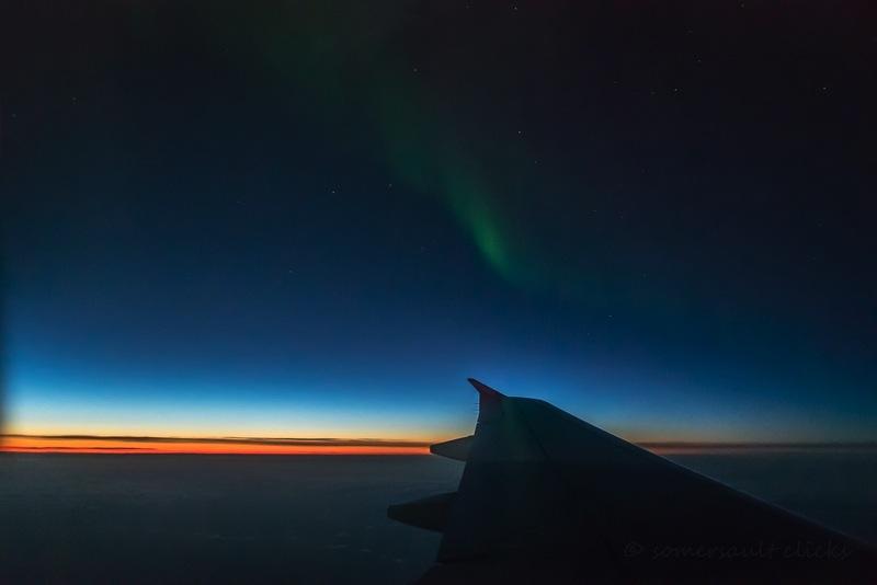 Die Sonne erhellt noch den Horizont, aber das Polarlicht ist schon schwach zu sehen - aufgenommen von Steffi von Somersault Clicks.