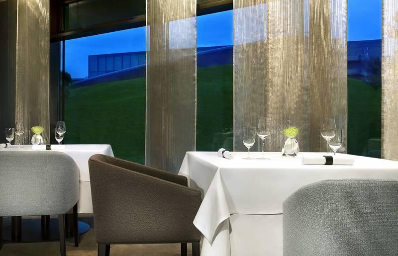 Im Gourmet-Restaurant AQUA hat jeder Gast einen Platz mit exklusivem Blick. Die verwendeten Materialen sind edel und erinnern an die Natur / © Restaurant Aqua