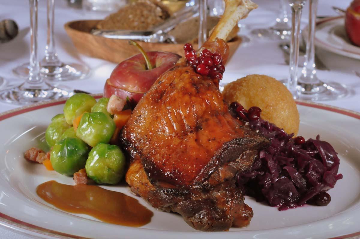 Wer es defitig mag, auch der Gänsebraten im Restaurant Walhalla macht Appetit / © Romantik Hotel Walhalla