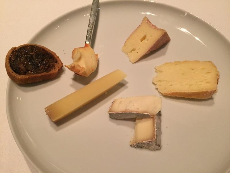 Nach so vielen Gängen wollte ich dennoch einige Käsesorten kosten. Das selbstgebackene Brot mit Feigen ist ein Traum / © Redaktion FrontRowSociety.net