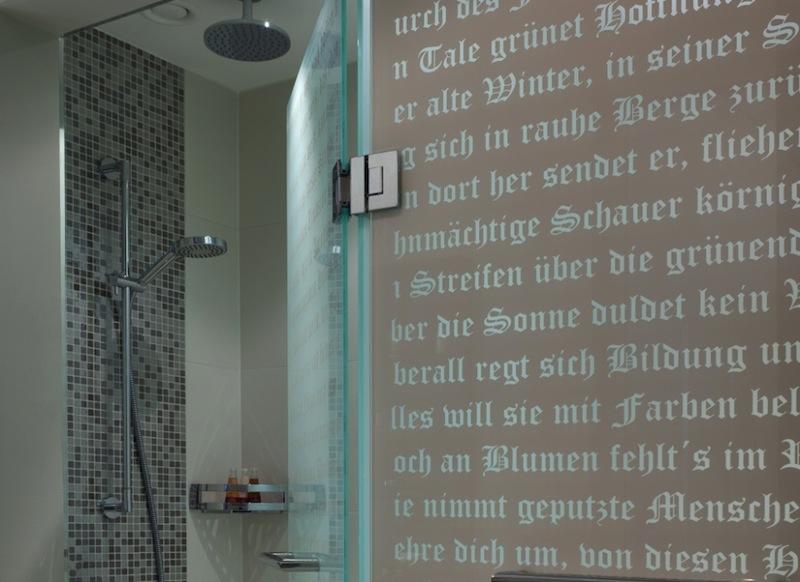 Hier sieht man auf den satinierten Glastüren- und abtrennungen die Zitate von Goethe / © Steigenberger Leipzig