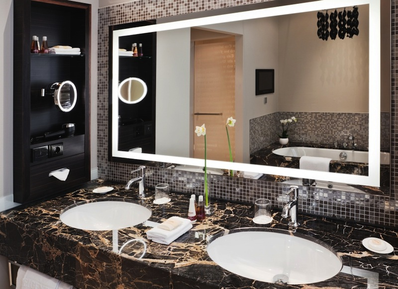 Die Badezimmer im Steigenberger Grandhotel Handelshof, Leipzig sind alle großzügig geschnitten und aus feinstem Marmor / © Steigenberger Leipzig