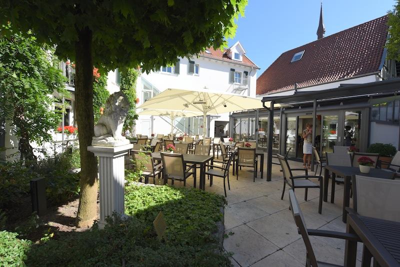 Hier ein Blick auf die attraktive Terrasse im Innenhof - im Sommer schmeckt hier ein frisch gezapftes Bier ganz besonders / © Romantik Hotel Walhalla