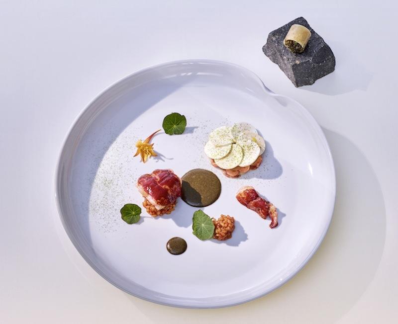 """Hummer (blau) im """"Lotus Style"""" mit pickled Champignons und Algenjus / © LA VIE"""