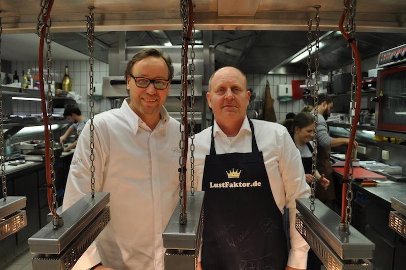 In der Küche, wo die traumhaften Kreationen entstehen: 3 Sternekoch Thomas Bühner und Andreas Conrad, Herausgeber vom Luxus & Lifestyle Magazin FrontRowSociety.net / © Redaktion FrontRowSociety.net