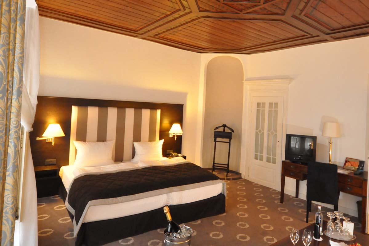 Historisches-Zimmer: Modern und bequem, das Alter von 325 Jahren sieht man dem Zimmer nicht an / © Romantik Hotel Walhalla