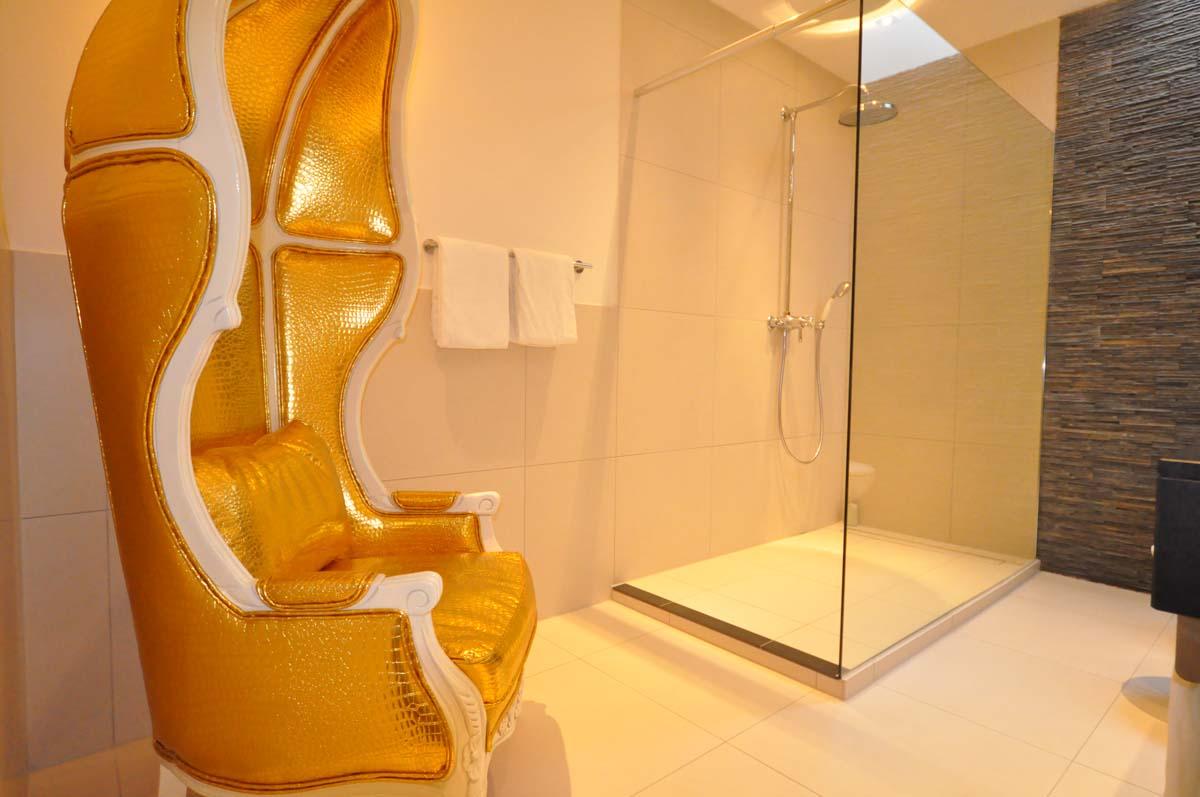 Gegensätze ziehen sich an. Hoch modernes Bad im historischen Gebäude. Das Bad von Zimmer 230 / © Romantik Hotel Walhalla