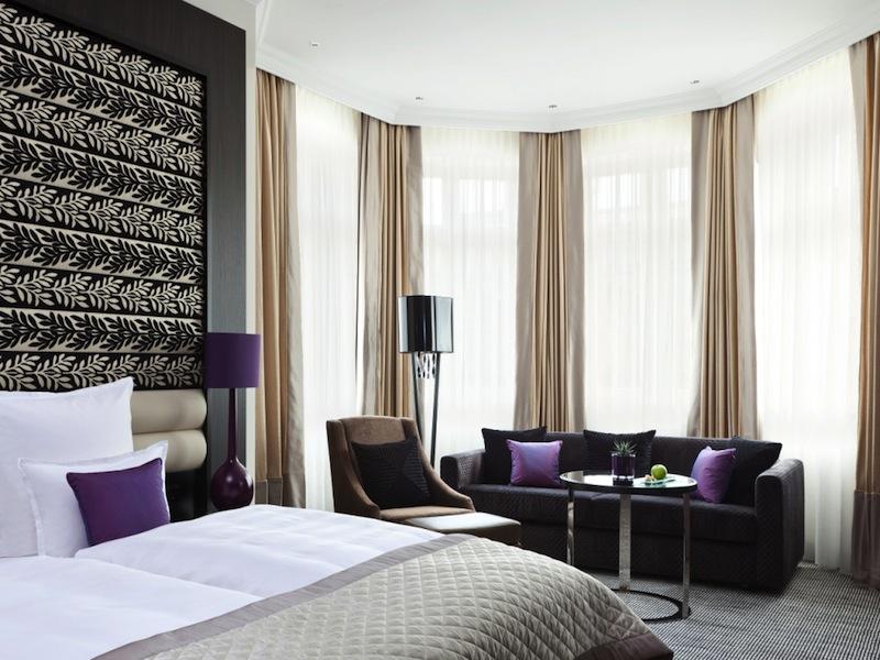 Die großzügige Junior Suite im Steigenberger Grandhotel Handelshof, Leipzig lässt auch bei längeren Aufenthalten Freiraum zu / © Steigenberger Leipzig