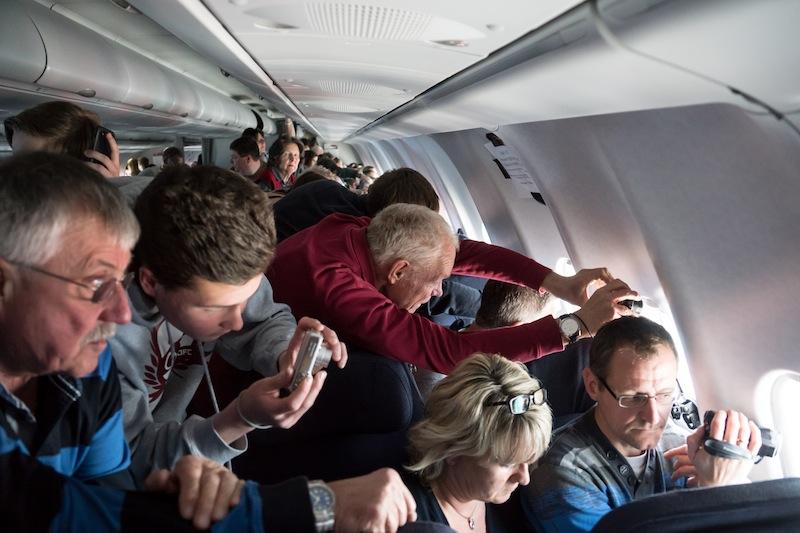 Menschen am Nordpol? Alle Fluggäste waren mit Kameras augestattet und fotografierten, was das Zeug hielt / © Redaktion FrontRowSociety.net Foto Patrick Becker