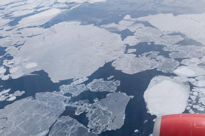 Einige Teile der Arktis sind nicht komplett zugefroren. Hier sieht man die großen Eisschollen. Ohne Tiefflug würde man die Datails nicht erkennen können / © Redaktion FrontRowSociety.net, Foto Patrick Becker