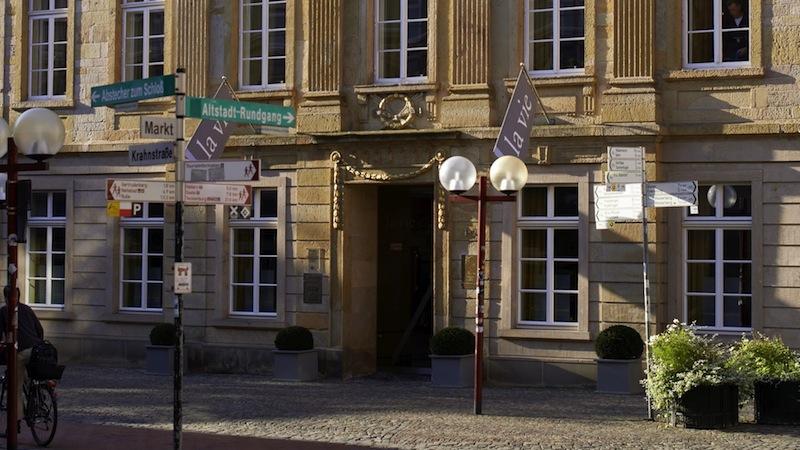 """Die Vorderansicht vom 3-Sterne-Restaurant """"la vie"""". Hinter den dicken Mauern erwarten den Gast wahre Gaumengenüsse / © LA VIE"""