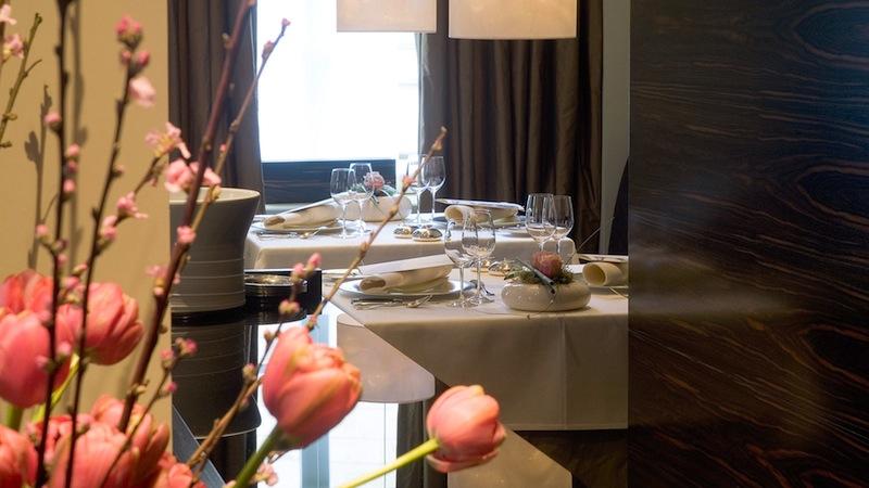"""Im """"la vie"""" sind edle Hölzern verbaut und das Sterne-Restaurant ist mit zeitgenössischen Kunstwerken bestückt / © LA VIE"""