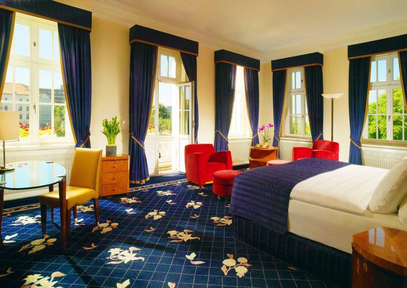Auch die Junior Suiten sind durch die großen Fenster und den begehbaren Balkon hell und freundlich / © Hotel Fürstenhof, Leipzig