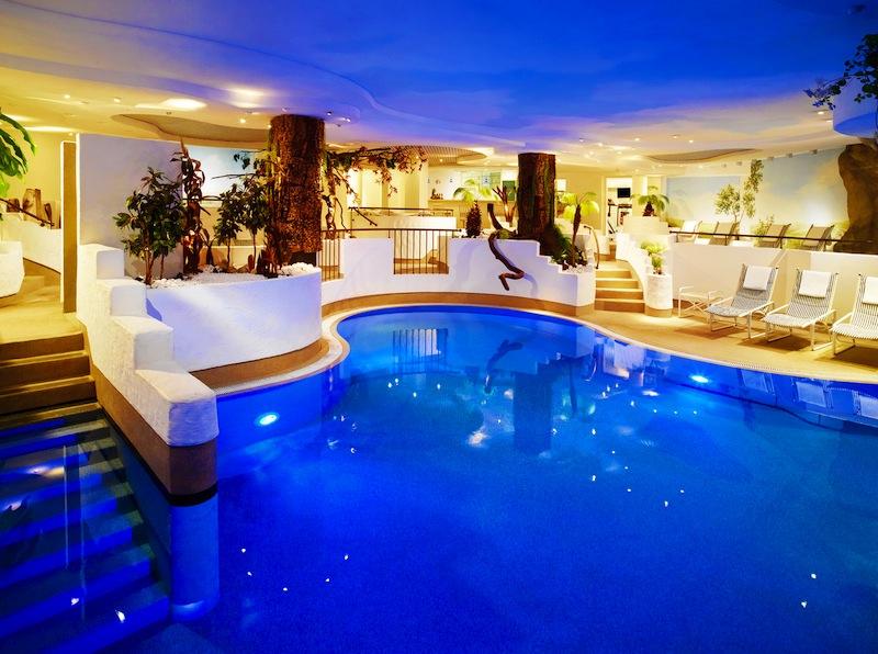 """Der Pool im Wellnessbereich """"AquaMarin"""" im 5-Sterne Hotel Fürstenhof, Leipzig / © Hotel Fürstenhof, Leipzig"""