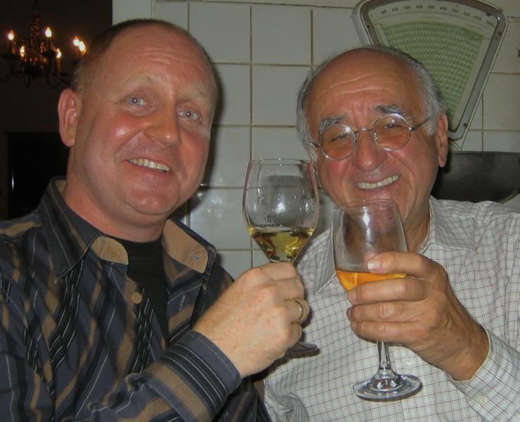 Andreas Conrad und Alferd Biolek vor einigen Jahren in Köln bei einem privaten Kochabend. Als Geschenk erhielt Bio den Göffel / © Redaktion FrontRowSociety.net