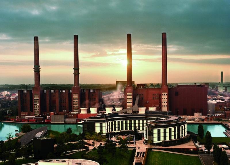 Das Luxushotel The Ritz-Carlton, Wolfsburg vor der großartigen Kulisse des unter Denkmalschutz stehenden Volkswagen Kraftwerks / © The Ritz-Carlton, Wolfsburg