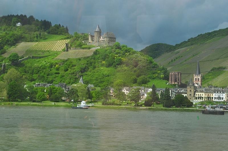 Ein schneller Schnappschuss aus dem Rheingold-Express auf die Burg Stahleck in Bacharach / © Redaktion FrontRowSociety.net