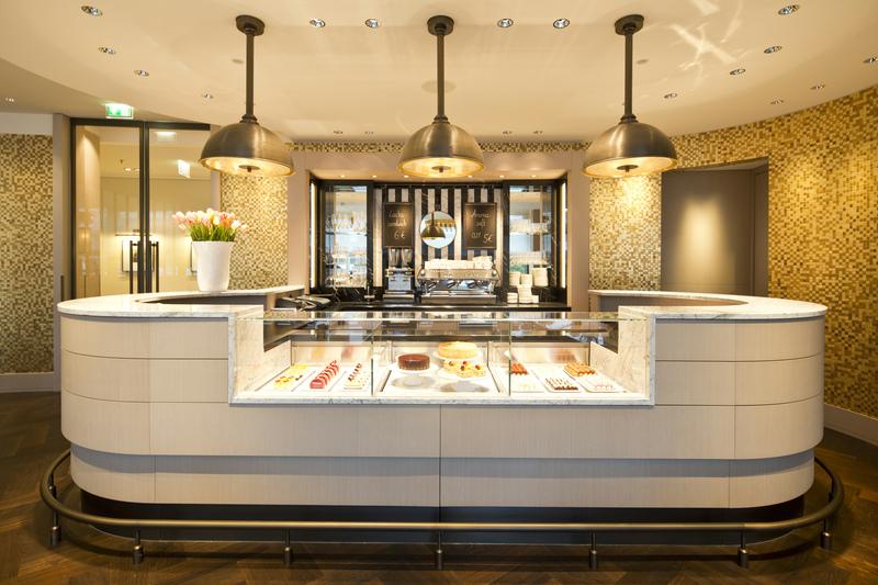 Wer nach Wolfsburg kommt, muss unbedingt das DELI besuchen - der Kuchen und die erlesenen Pralinen sind der Traum / © The Ritz-Carlton, Wolfsburg