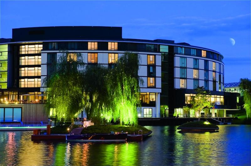 The Ritz-Carlton, Wolfsburg: Hinter dem Hotel treiben schwimmende Bauminseln / © The Ritz-Carlton, Wolfsburg