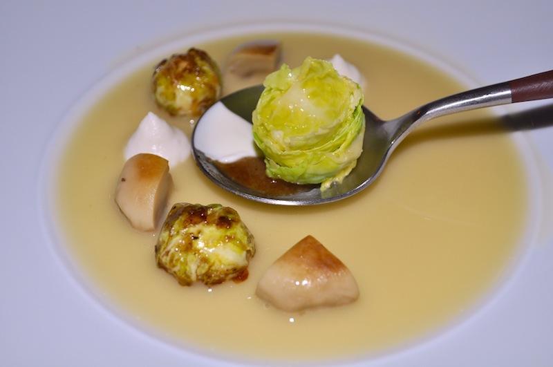 Gedämpfter Rosenkohl mit Kümmel-Zitrone-Paste mit einem Sud von Champignonwasser und Mandelöl / © Redaktion FrontRowSociety.net