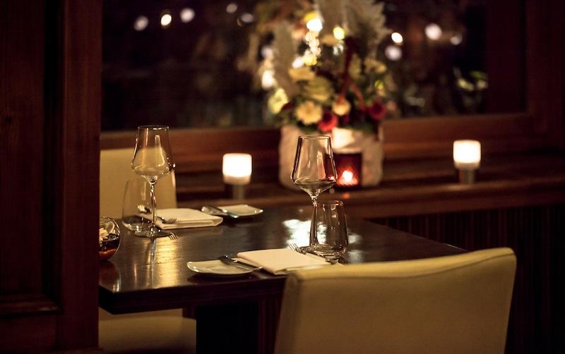 Die eleganten Holztische präsentieren sich frei - bewusst verzichtet man im Horváth auf eine Tischdecke / © Restaurant Horváth