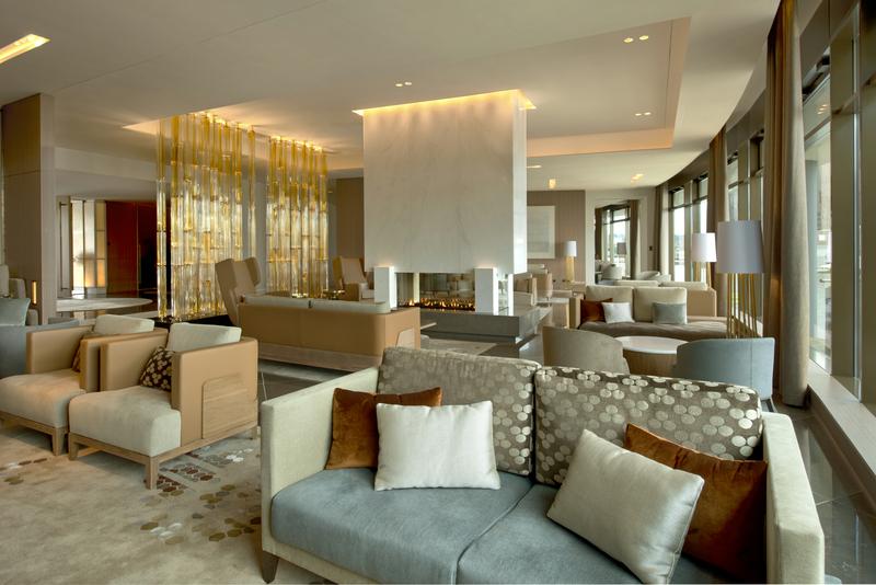 Hier ein Blick in die attraktive Lobby im The Ritz-Carlton, Wolfsburg - in der Mitte ist der Kamin zu sehen / © The Ritz-Carlton, Wolfsburg