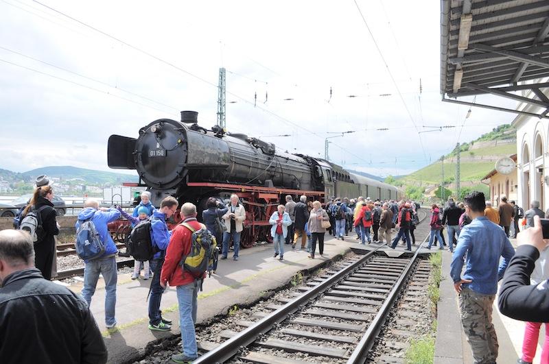 In jedem Bahnhof das gleiche Schauspiel - jede Menge Menschen die ihre Kamera zückten / © Redaktion FrontRowSociety.net