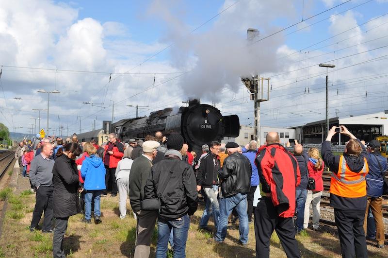Sogar auf den abgesperrten Bahngleisen waren die Schaulustigen unterwegs - der Lokführer musste immer hellwach sein / © Redaktion FrontRowSociety.net