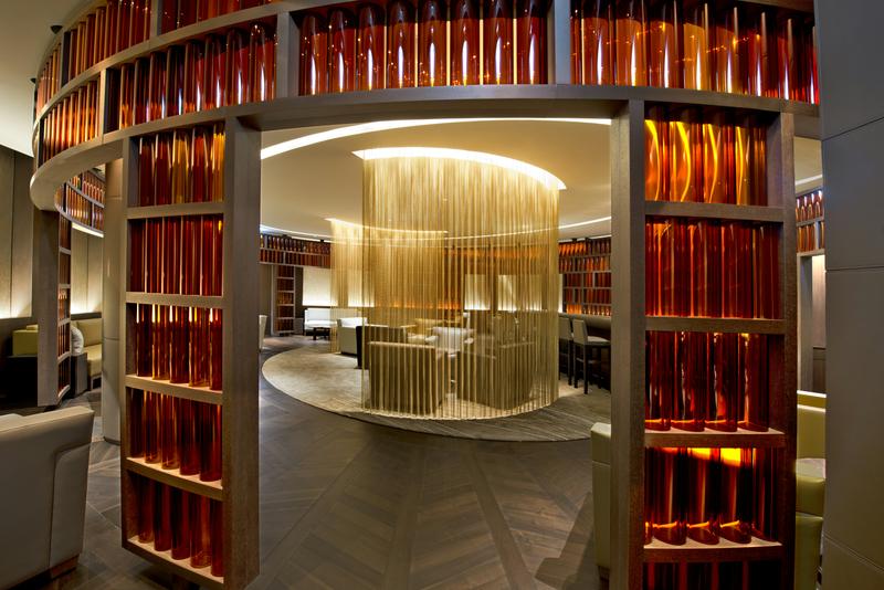 Hier sind die futuristischen cognacfarbenen Glasröhren in der Newmen's Bar zu sehen / © The Ritz-Carlton, Wolfsburg