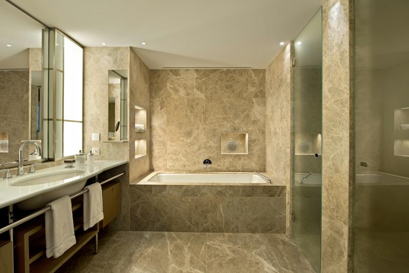 Hier ein Blick in ein Marmorbadezimmer einer Suite in der 4. Etage / © The Ritz-Carlton, Wolfsburg