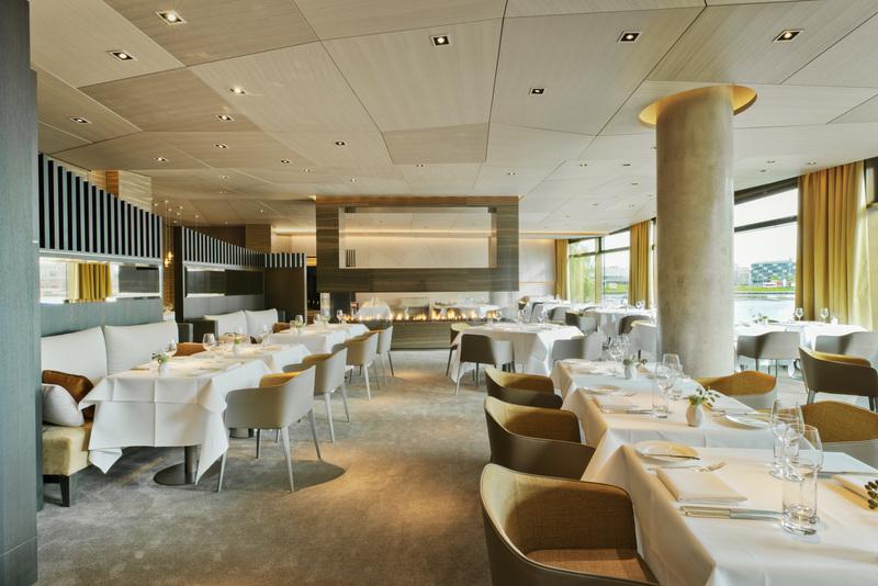 Zur Mittagszeit ist das Restaurant TERRA hell und lichtdurchflutet / © The Ritz-Carlton, Wolfsburg