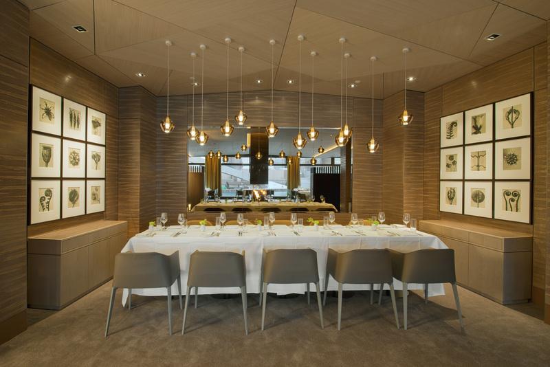 Wer als Gruppe speisen will, für den steht eine schöne Sitzecke direkt in der Nähe des Kamins zur Verfügung / © The Ritz-Carlton, Wolfsburg