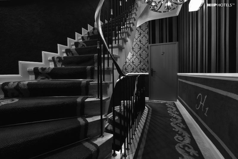 Im Humboldt1 Hotel konnte aufgrund von Denkmalschutzvorschriften kein Fahrstuhl eingebaut werden - das Design des Treppenflures harmoniert zum Gesamtkonzept / © HIP Hotels / Humboldt1