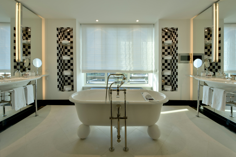 Sehr stylisch: In der Mitte des Haupbadezimmers steht die Badewanne frei im Raum / © The Ritz-Carlton, Wolfsburg