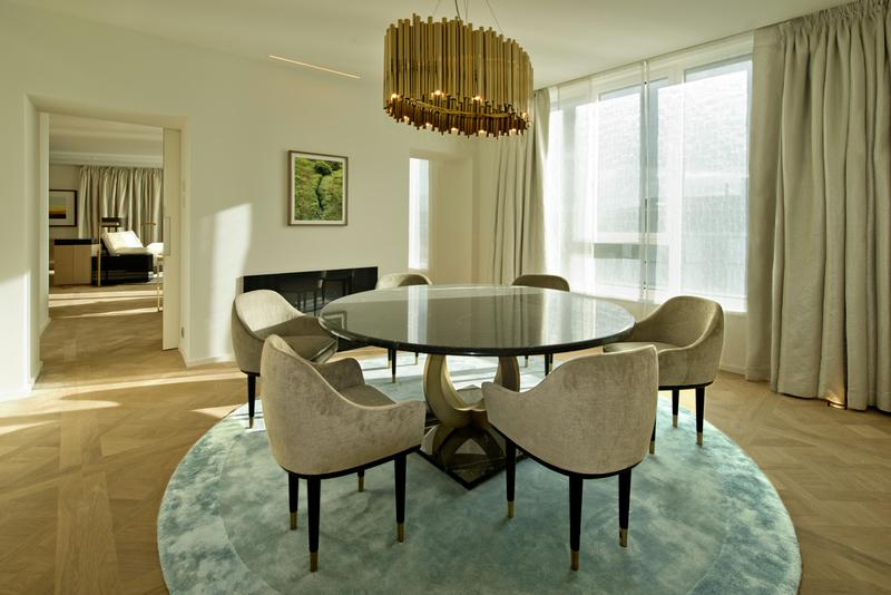 Der großzügige Wohnbereich der Black & White-Suite im Wolfsburger Luxushote / © The Ritz-Carlton, Wolfsburg