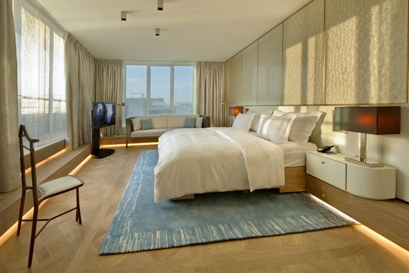 Der großzügige Schlafbereich in der Black & White Suite im The Ritz-Carlton, Wolfsburg. Im Bett liegen und einen traumhaften Ausblick genießen / © The Ritz-Carlton, Wolfsburg