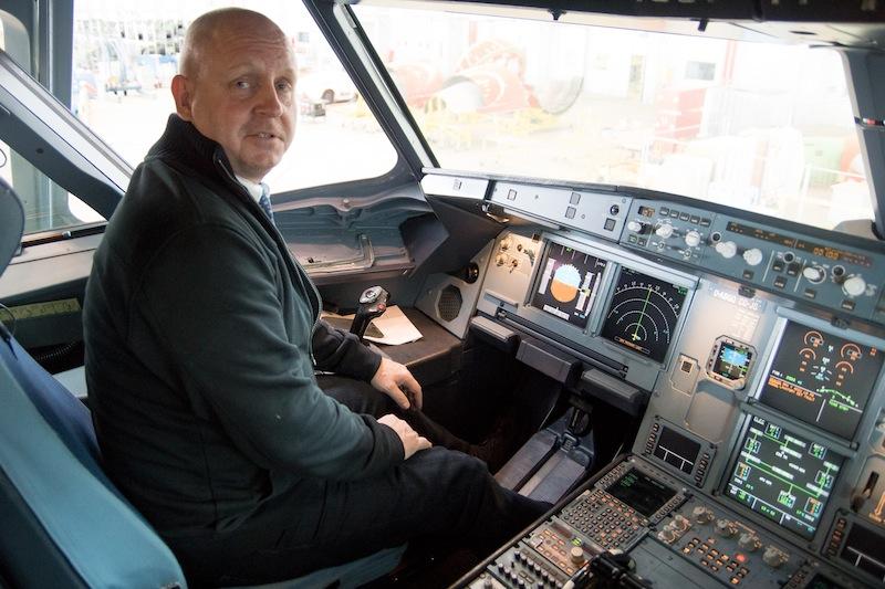 Da man nicht alle Tage im Cockpit eines Airbus sitzt, habe ich es mir nicht nehmen lassen, auf dem Platz des Kapitän Platz zu nehmen - denn der Flugkapitän sitzt immer links und hat die letzte Entscheidungsbefugnis / @ Redaktion FrontRowSociety.net, Patrick Becker