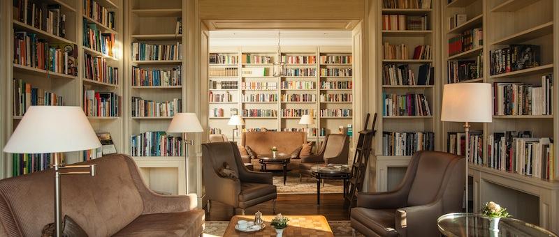 Die gut sortierte Bibliothek ist im Haus Grand Hotel zu finden / © Grand Hotel Heiligendamm