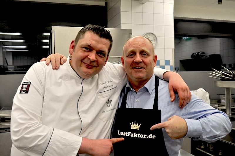 Wie immer, man trifft sich in der Küche. Küchenchef Sandy Bohm (l.) und Herausgeber vom Luxus & Lifestyle Magazin FrontRowSociety.net Andreas Conrad (r.) / © Redaktion FrontRowSociety.net