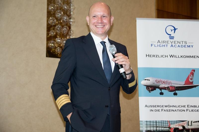 Unser Flugkapitän und airberlin-Chefpilot Derek Fund hat einen ausgezeichneten Vortrag gehalten - informativ, aber auch witzig und locker / © Redaktion FrontRowSociety.net, Foto Patrick Becker