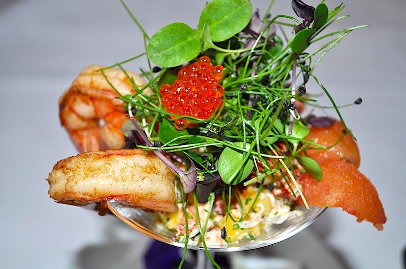 Ein geschmacklich traumhafter Cocktail von der Kamtschatka Krabbe mit Süßwasser Garnelen, Limonen–Ingwer Dressing und Wasabi Tobiko / © Redaktion FrontRowSociety.net