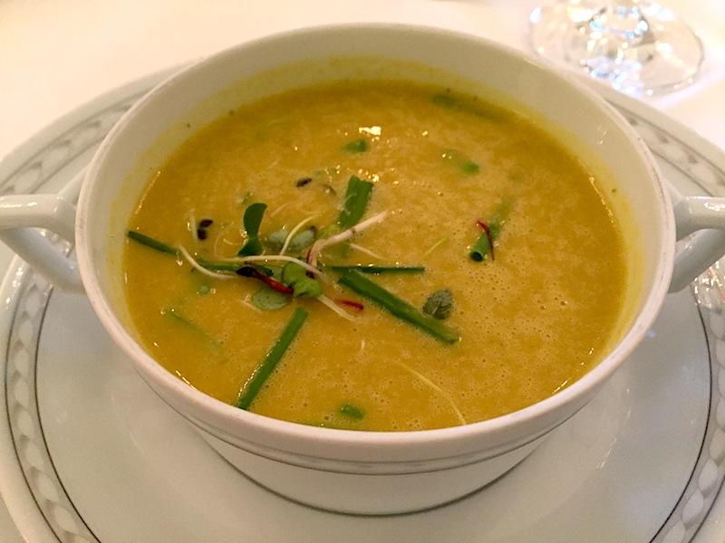 Das 3-Gänge Menü startete mit einer Curry-Zitronengras-Suppe ala Kurhaus Restaurant / © Redaktion FrontRowSociety.net/